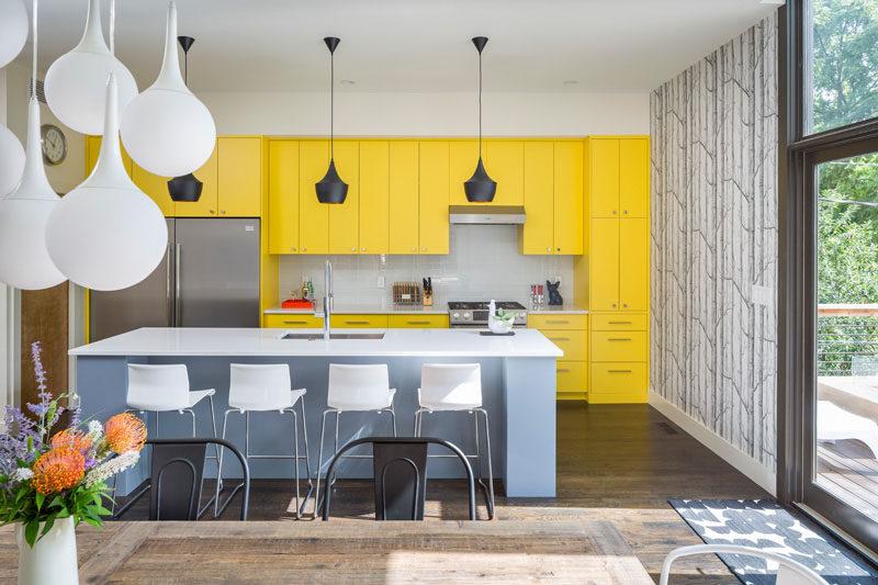 moderní kuchyň ve žluté, šedé a bílé